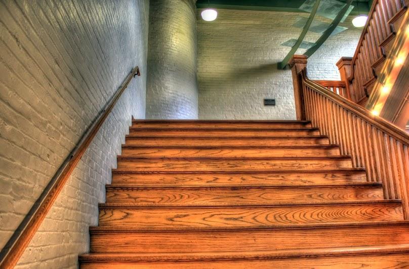 Przy zamawianiu schodów drewnianych musimy wybrać gatunek drewna, typ konstrukcji schodów i ich kształt