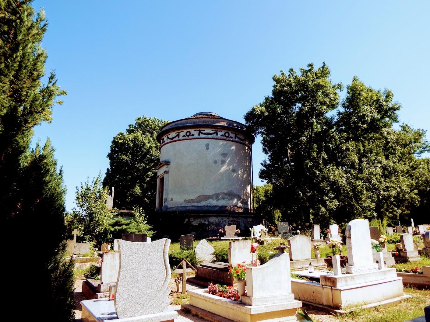 Vál - Ürményi mauzóleum a temetőben