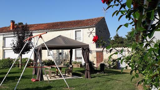 Gite Le Nid à Surgères en Aunis Marais poitevin près de La Rochelle table extérieure abritée en été