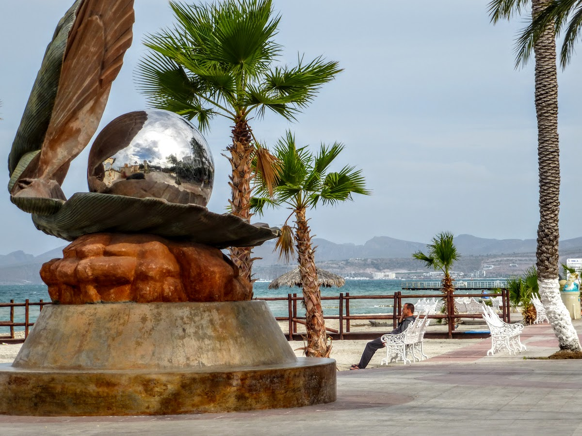 Pearl statue on the Malecon