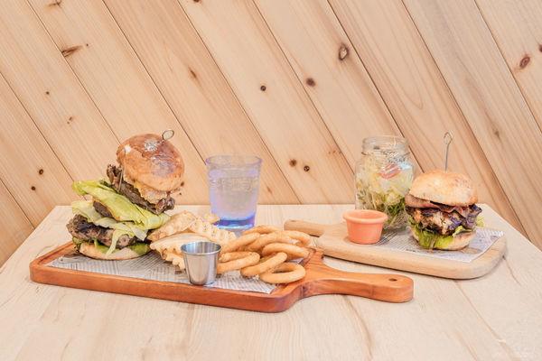 新開幕!LAb EAt burger來吧!吃漢堡|美式漢堡與麻辣鴨血的美好遇見・自製漢堡皮、超厚實肉排,CP值最高美式漢堡餐廳