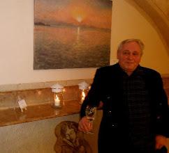 Photo: Online-Merker-Herausgeber Anton Cupak bei einer Vernissage (Benedikt Kobel) im November 2013 im Wien Cafe Event. Foto: Steffi Schlinke