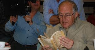 El escritor Juan Goytisolo con un ejemplar de 'Campos de Níjar' en un acto público en Almería.