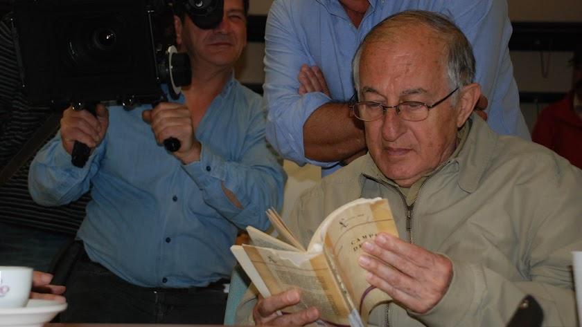 El escritor Juan Goytisolo con un ejemplar de \'Campos de Níjar\' en un acto público en Almería.
