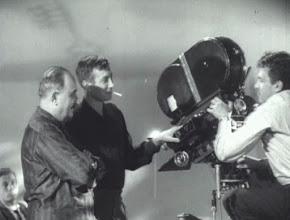 """Photo: Kalatozov (à esquerda) e Urusevski (operando a câmera) durante um dos planos de""""Eu Sou Cuba""""."""