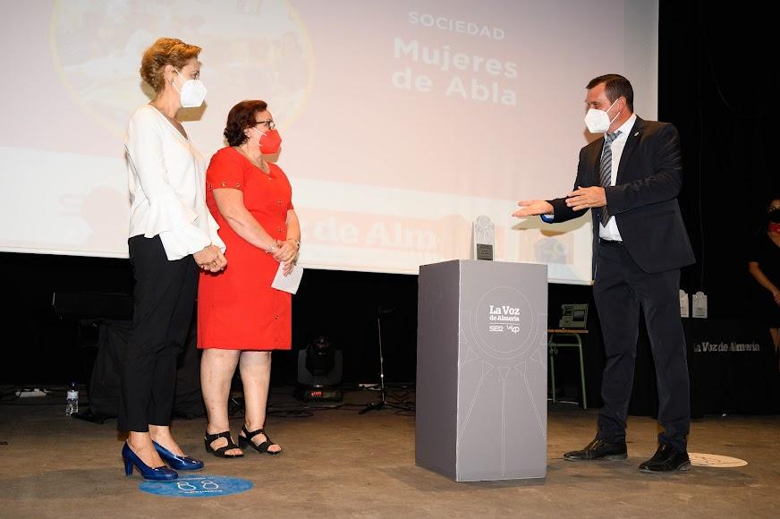 Las mujeres de Abla, merecedoras del Premio Sociedad, que recogen Manuela Ortiz Bono, presidenta de la asociación de cuidadores, y Rosalía García Villegas, representante de las costureras.