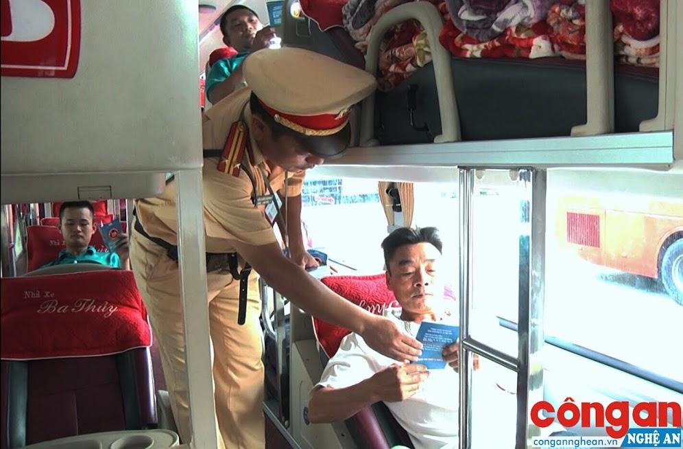 Cán bộ CSGT Công an TX Thái Hòa tuyên truyền, phổ biến pháp luật về trật tự ATGT cho hành khách