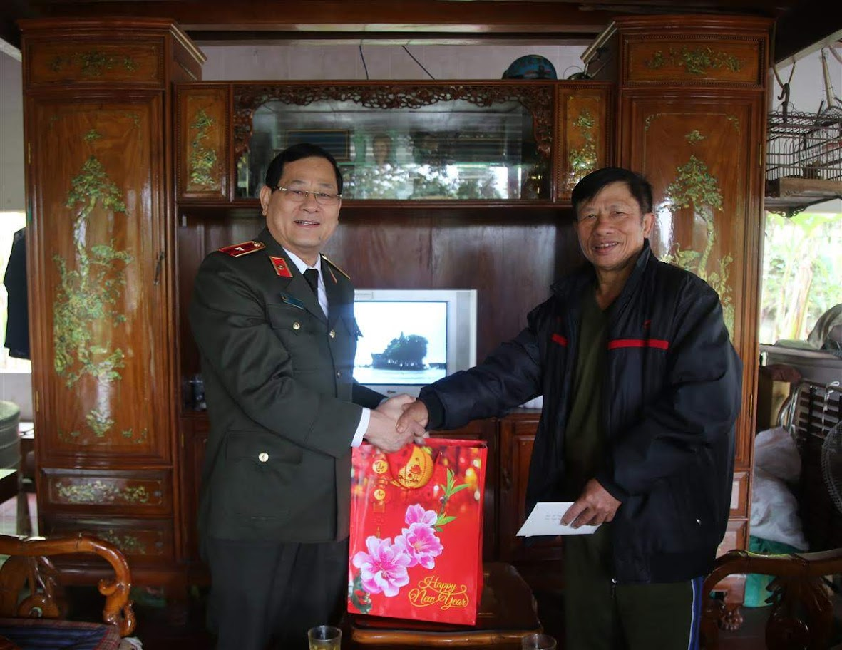 Thiếu tướng Nguyễn Hữu Cầu, Giám đốc Công an tỉnh thăm hỏi, chúc tết Đại tá Lữ Văn Tường, Nguyên Phó giám đốc Công an tỉnh Nghệ An