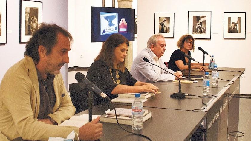 """Presentación de """"Manuel Falces. Alquimista de la Memoria"""" con Miguel Gallego, Matilde Sánchez, Ricardo Martín y Mar de los Ríos."""