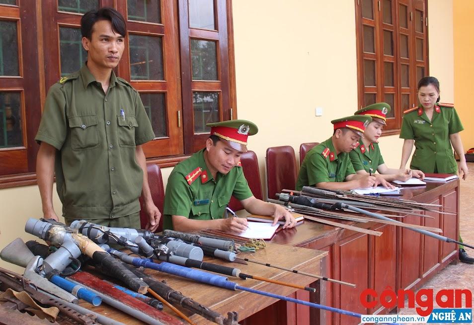 Công an huyện Hưng Nguyên phối hợp với Công an xã thu hồi vũ khí, vật liệu nổ - Ảnh: Hồ Hưng