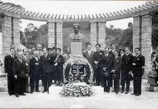 Photo: Inauguração do busto do sanitarista e primeiro prefeito de Petrópolis, Oswaldo Cruz, em praça homônima. Foto de 5 de agosto de 1934