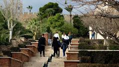 Visitantes recorren el primer recinto de la Alcazaba.