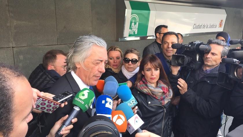 El letrado Francisco Torres ante los medios.