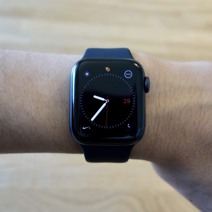 Apple Watch Series 4 腕に装着
