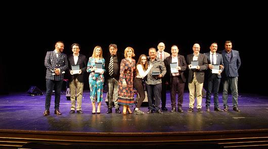 Premiados por la Hermandad Gitana de Andalucía, el presidente de la Hermandad y representantes institucionales.