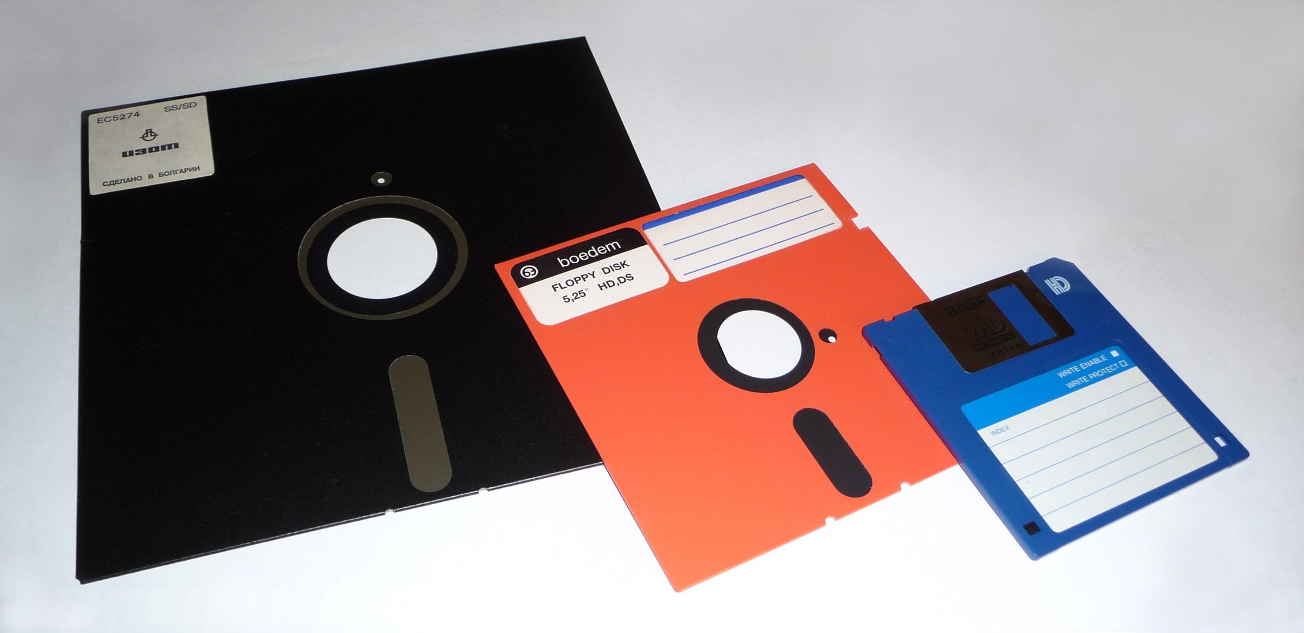Photo: (https://melda.ru/2012/09/про-дискетки/)  - ...Ты же застал эпоху 5-дюймовых дискет? - Да!.. Разумеется! - А 8-дюймовые, скорее, нет? - Ну-у-у... На шкафу у меня одна висит... - Не, на шкафу-то и у меня одна висит!