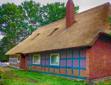 Strzecha na małym domku z czerwonego muru pruskiego