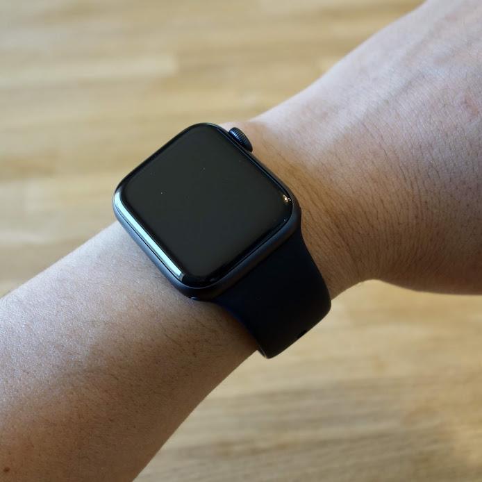 Apple Watch Series 4 腕に装着1