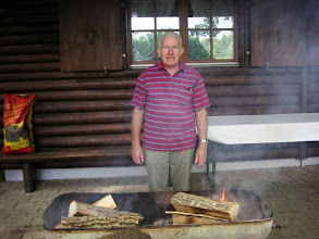 Photo: Der Hüttenwart Sepp Stalder schon früh am Vorbereiten der Grillstellen.