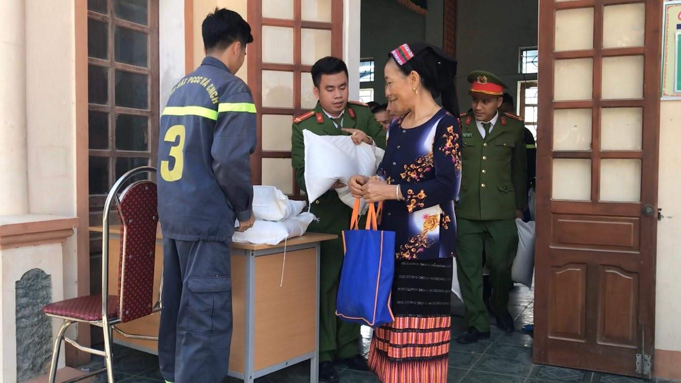 Bà con xã Môn Sơn vui mừng nhận quà Tết