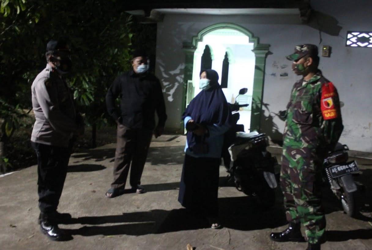 Babinsa Desa Trosono dan Bhabinkamtibmas Kawal Pemakaman Pasien Covid-19 di Parang