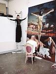 man schildert een kruisiging, een vrouw staat model als gekruisigde op een trapje