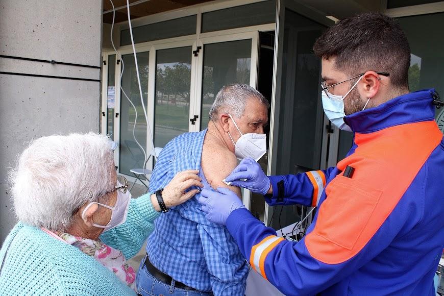 En pareja para recibir su vacuna.
