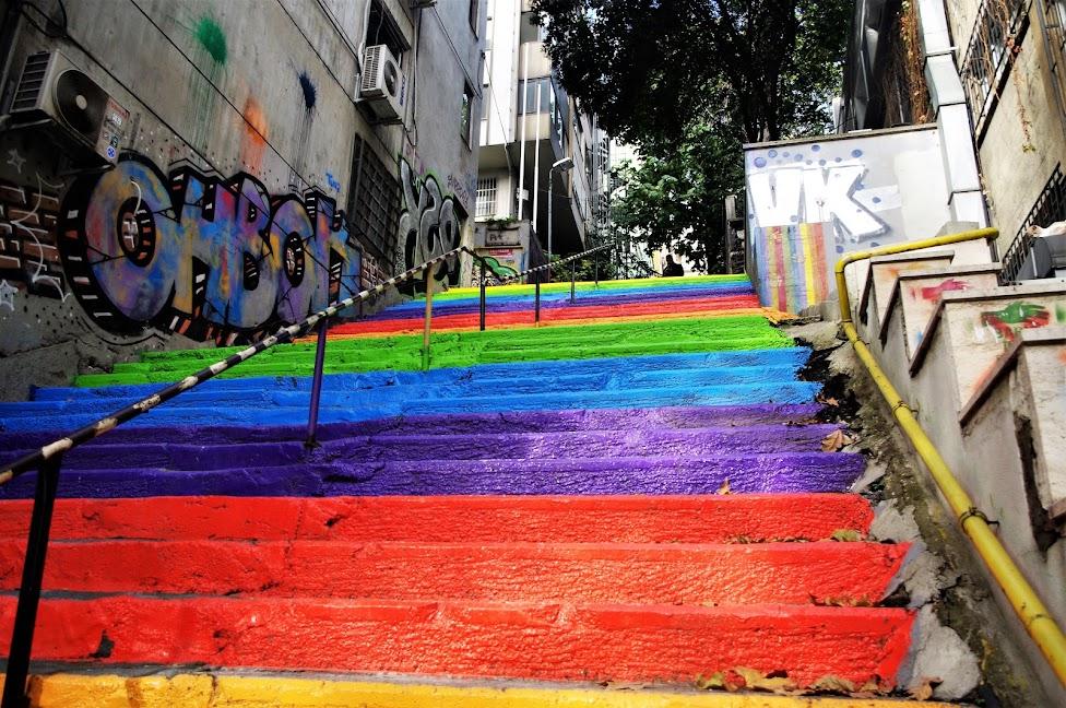 Qué ver en Estambul. Escaleras de arcoiris en el vecindario de Cihangir