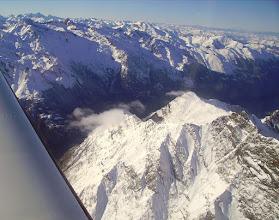 Photo: Survol de la vallée du gave de Gavarnie au niveau de Pragnères. Au premier plan à droite le pic de Cumiadére.