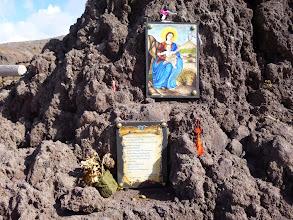 Photo: It.s5ITL104-141007Vésuve, volcanique... icône Vierge, prière, sur lave, bord du cratère  P1000240