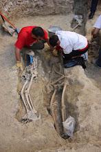 Photo: La distribución de tumbas a distintos niveles y prácticamente superpuestas indicaría un prolongado uso en el tiempo del suelo para enterramientos lo que hace suponer una población muy importante.