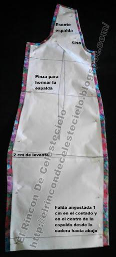 Espalda de vestido o blusa larga con corte en el centro y efecto levantacola con levante para que no quede corto atrás