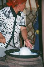 Photo: 03230 ブルド/バスハダール家/シャル・トス(乳製品)作り/ウルムを弱火で煮るとモロモロの状態になり、液体のシャル・トスと残りのツァガーン・トスができる。