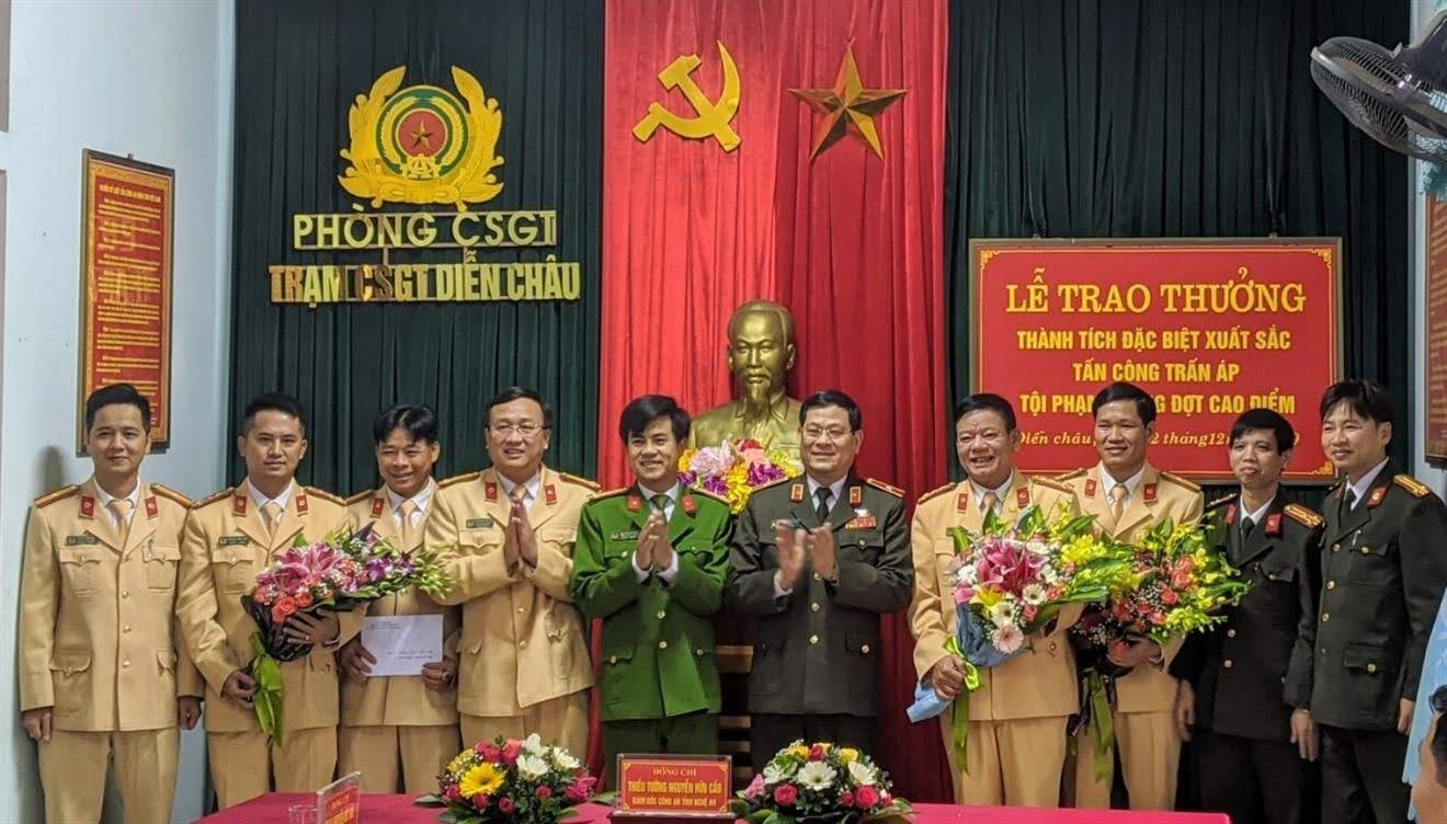 Đồng chí Thiếu tướng Nguyễn Hữu Cầu, Ủy viên BTV Tỉnh ủy, Giám đốc Công an tỉnh                      trao thưởng cho Phòng CSGT và Trạm CSGT Diễn Châu vì thành tích đặc biệt xuất sắc                     trong đợt cao điểm tấn công, trấn áp tội phạm