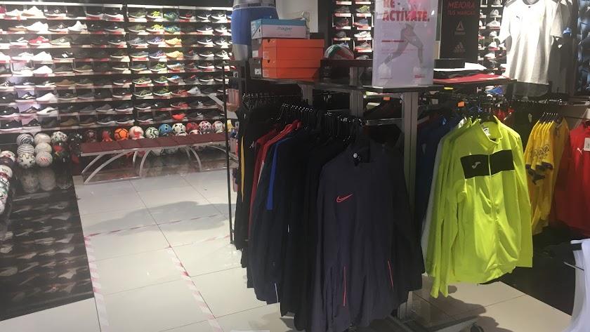 Artículos deportivos en una tienda de Almería.