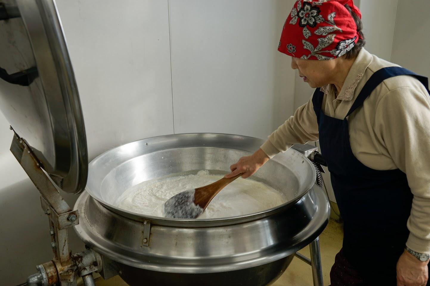 大きな鍋で呉汁を煮る