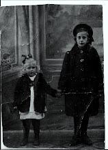 Photo: Mijn moeder en tante Cor (de Groot) was haar meisjes naam, ze waren veel met elkaar. Zij moest veel op mijn moeder passen. 'In Egmond' toen tante Cor  een jonge vrouw was noemde ze haar de modekoningin. Zij was inderdaad heel modieus.