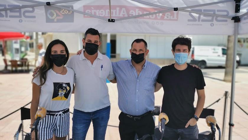El personal del Restaurante Sol y Playa (centro) con el equipo de SER Levante.