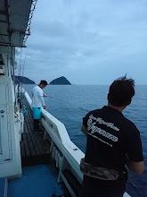 "Photo: 画面中央、初乗船の""雷太くん""。 手前の和歌山の敏腕船長の""濱本さん""は 「アンダーベイト」でヒラマサに挑戦です!"