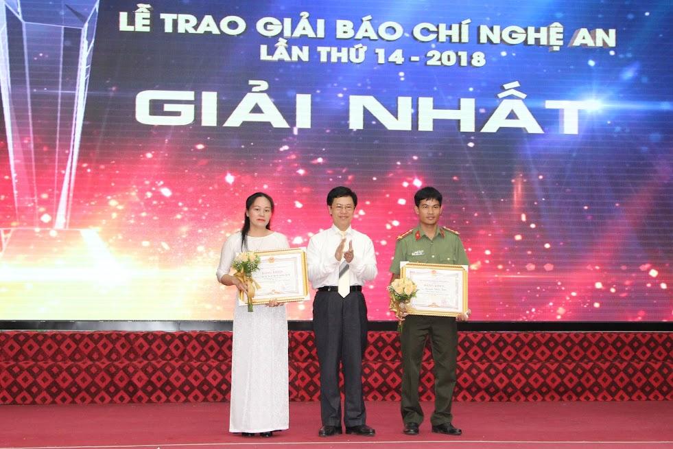 Đồng chí Nguyễn Xuân Sơn – Phó Bí thư Thường trực Tỉnh ủy trao giải Nhất cho các tác giả