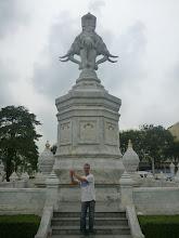 Photo: Yarin pózující u monumentu Erawan - mytologického bílého slona.