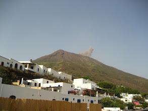 Photo: Stromboli volkanı duman püskürtüyor.   Fumes of the Stromboli volcano.