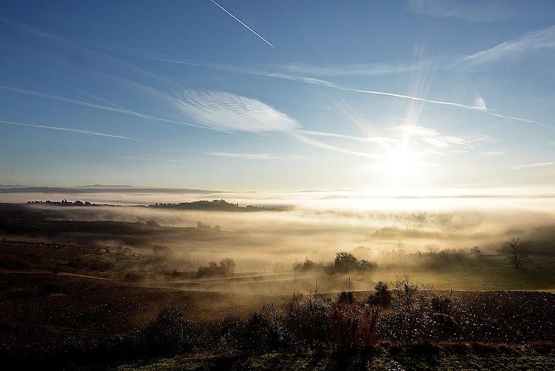 il sole tra la nebbia filtra già... di Tacca