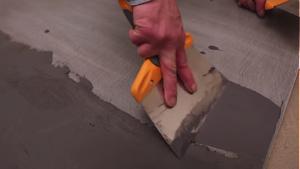 realiser-soi-meme-son-revetement-en-beton-cire-etape-numero-4-la-seconde-couche-de-beton-par-les-betons-de-clara-reseau-de-franchise-specialise-dans-le-revetement-en-beton-cire