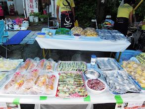 Photo: エイドの準備ほぼ完了。グレープフルーツ、メロン、あんぱん、クリームパン、きゅうり、塩、梅干し、おにぎり、バナナ