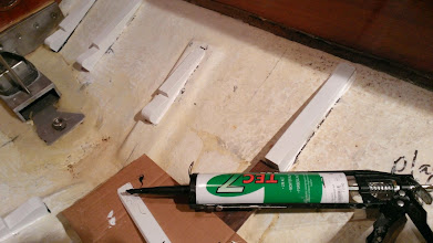 Photo: Bundstokkene limes i med TEC7 fugelim, der er meget stærk og vandfast.