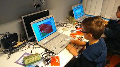 Photo: Console de jeu avec quelques patates, des câbles et un makey makey