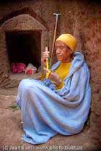 Photo: <fr>Cette femme ermite vit dans la petite loge juste derrière elle.</fr><en> This hermit women lives in the small hole just behind her.</en>