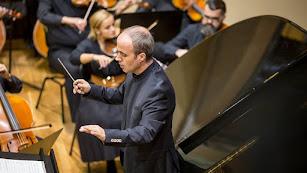Juan José Navarro, dirigiendo a la Orquesta Filarmónica de Pitesti.