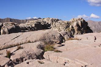 Photo: Dalle lisse et roche striée, faille et roches tabulaires... Tout se côtoie dans l'oucane.